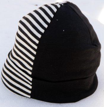 Halvrandig svart/vit mössa